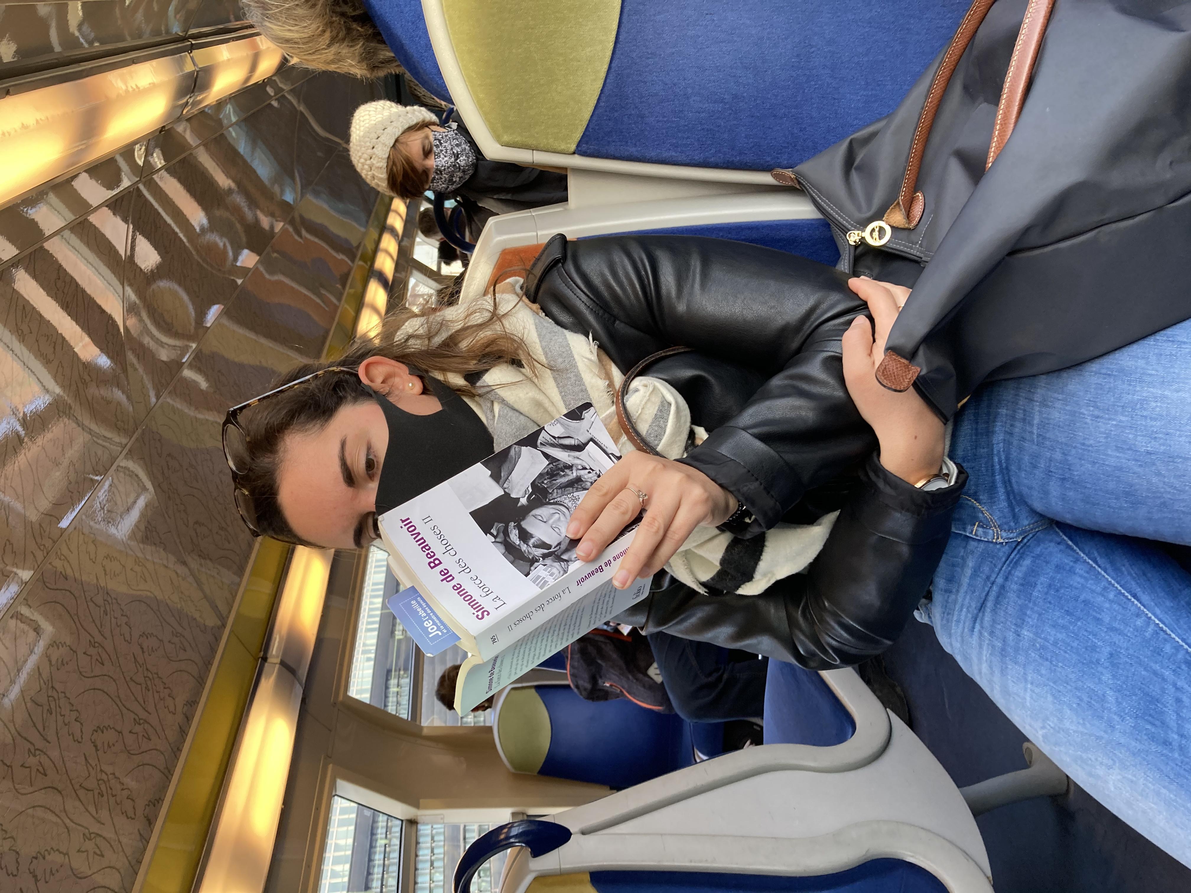 jeune fille lisant Beauvoir
