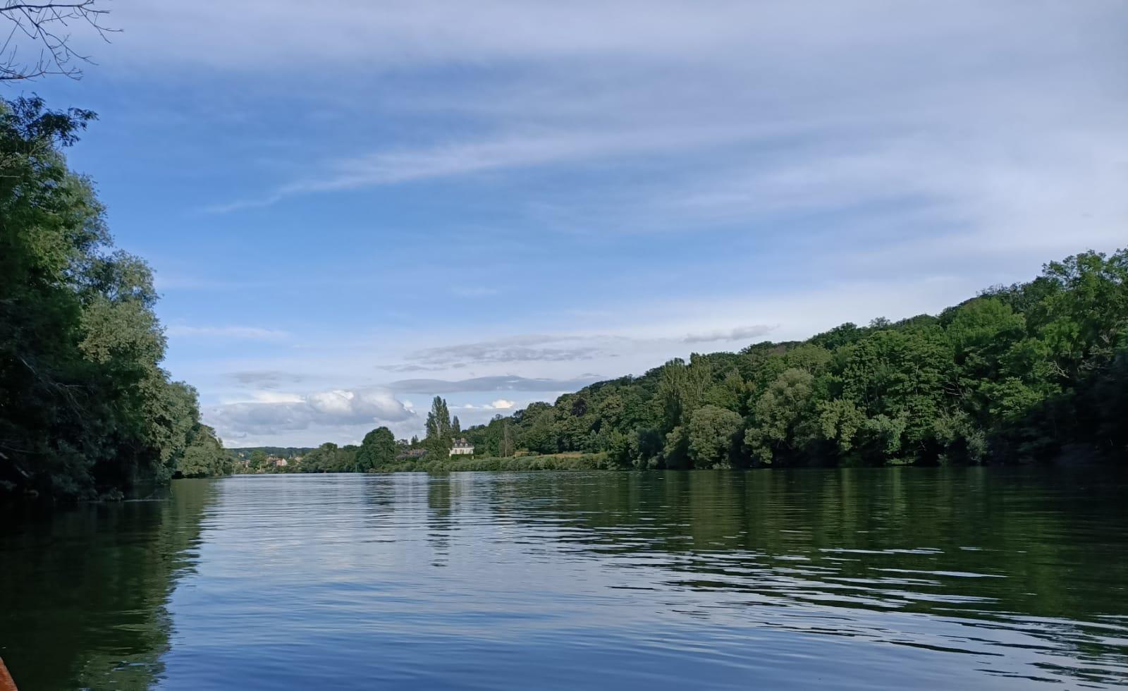 Seine verte, ciel bleu, tache blanche du château de la Rivière en remontant vers Thomery