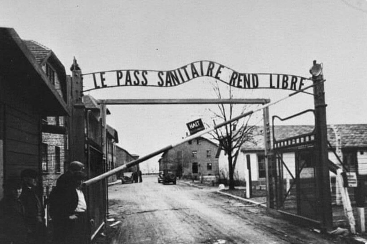 Portail d'Auschwitz avec «le travail vous rendra libre
