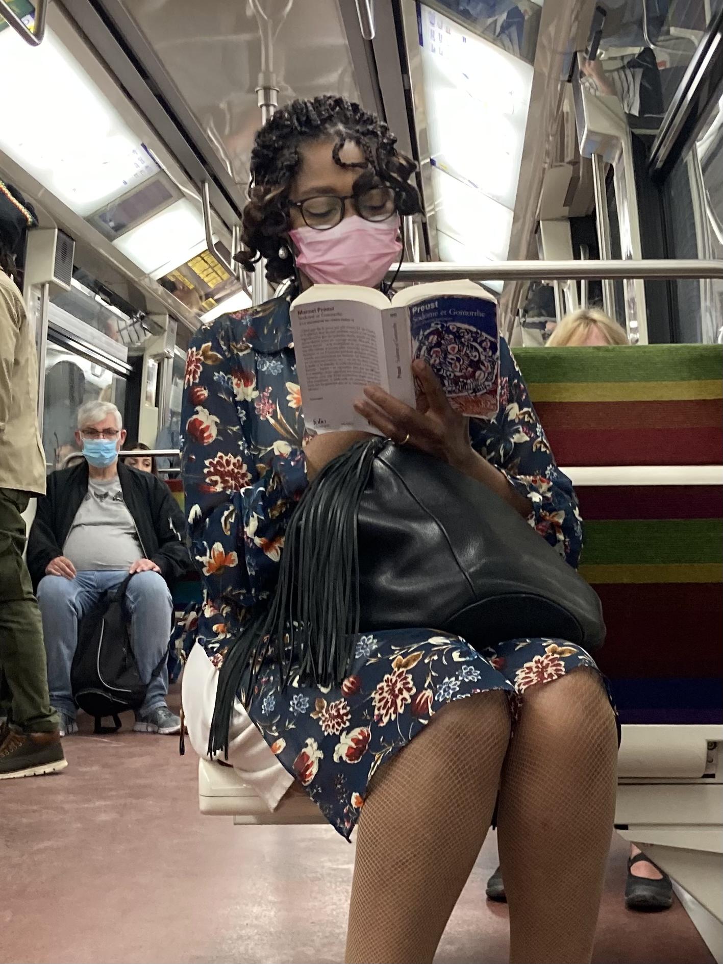 femme lisant Proust sur la ligne 1